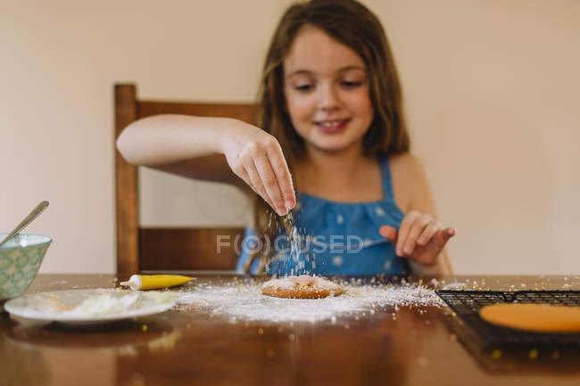 Mädchen schmücken Kekse — Stockfoto