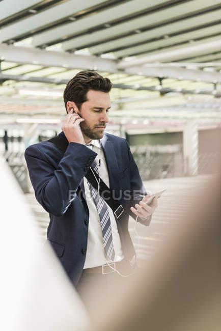 Бізнесмен, стоячи на паркування рівня — стокове фото