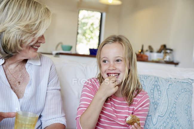 Mädchen essen sandwich — Stockfoto