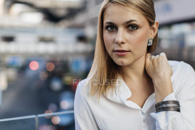 Portrait de femme blonde en regardant la caméra — Photo de stock