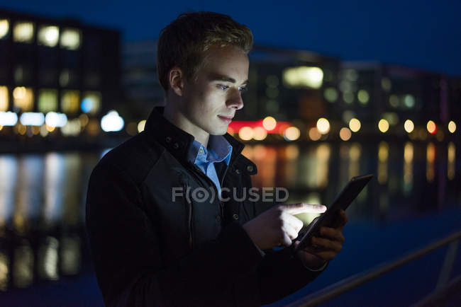 Man using tablet outdoors — Stock Photo