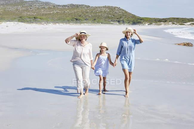 Матір з дочкою і бабуся біля моря — стокове фото