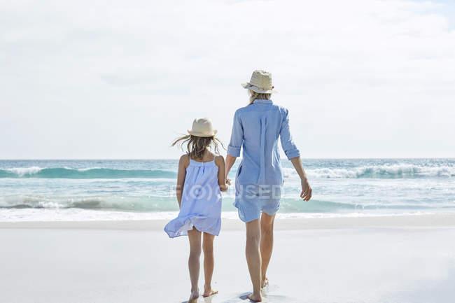 Мати і дочка прогулянки біля моря — стокове фото