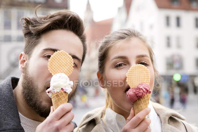 아이스크림을 먹는 커플 — стокове фото