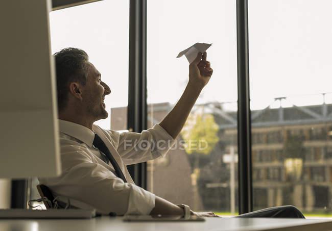 Бізнесмен проведення паперовий літак — стокове фото