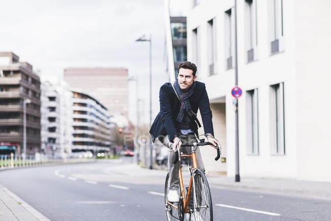 Велосипед їзда бізнесмен — стокове фото