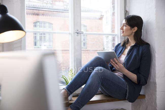 Жінка з планшетного ПК в офісі — стокове фото