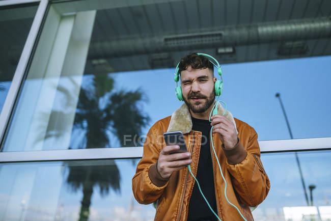 Людина в гавані за допомогою смартфона — стокове фото