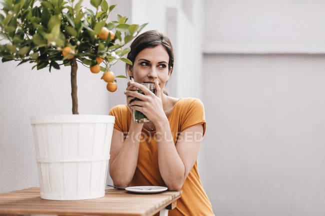 Жінка розслабляючий дерев'яний стіл — стокове фото
