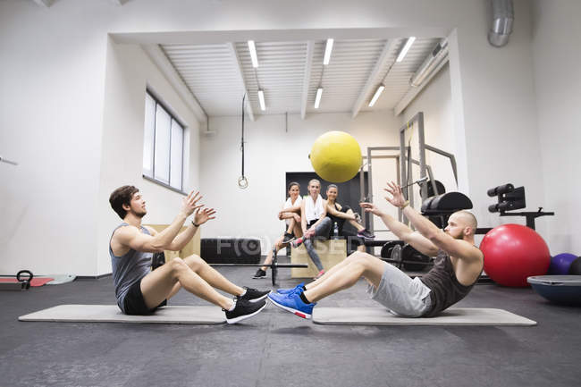 Sportler trainieren mit ball — Stockfoto