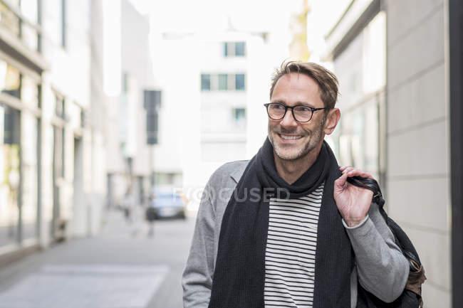 Людина йде по вулиці в місто — стокове фото
