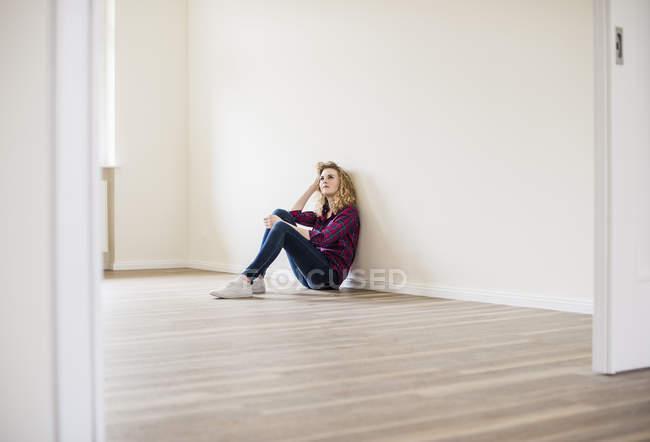 Жінка сидить на поверсі — стокове фото