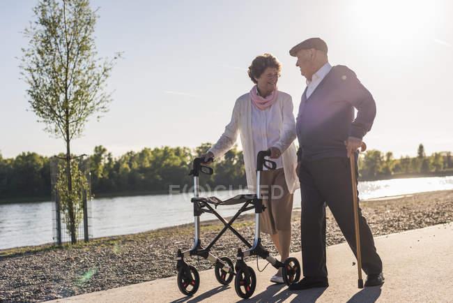 Старший кілька прогулюються біля річки — стокове фото