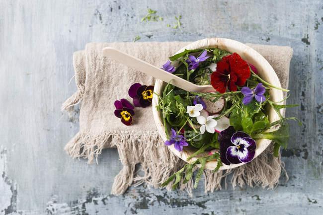 Schüssel mit Blattsalat — Stockfoto