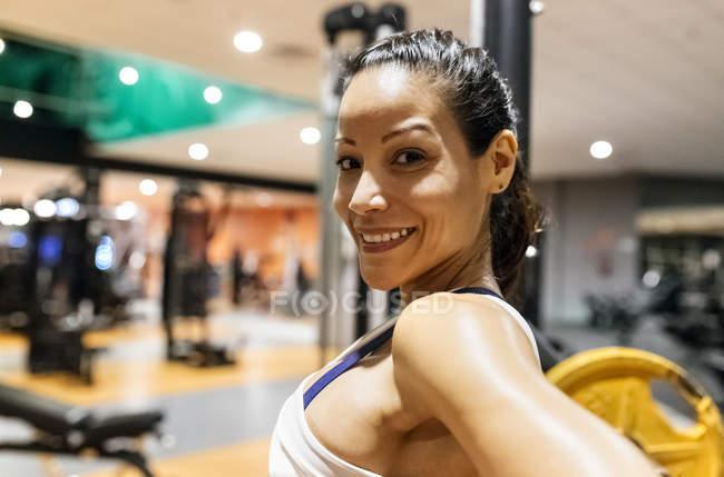 Улыбающаяся женщина после тренировки — стоковое фото