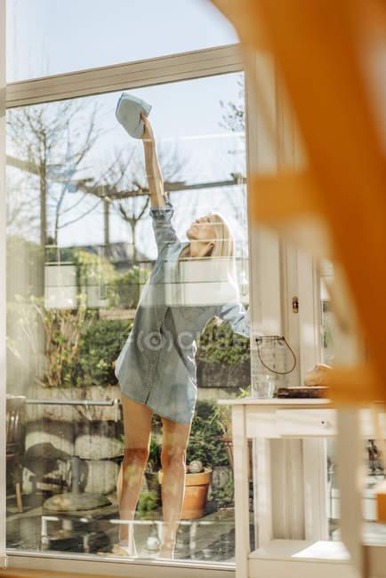 Fenêtre nettoyage femme — Photo de stock