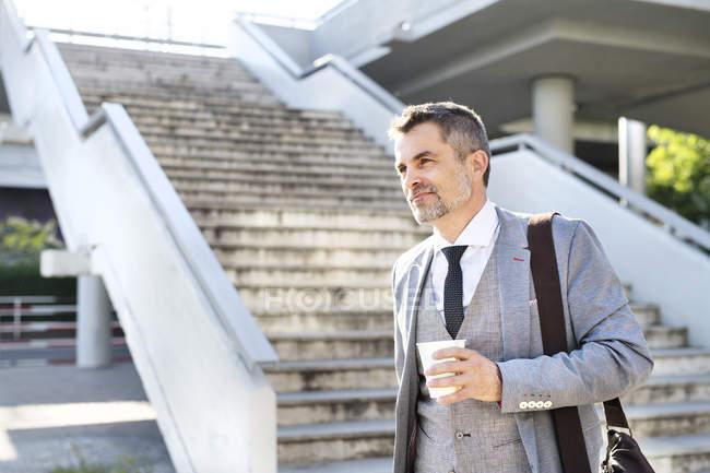 Бізнесмен прогулянки вниз з винос кави — стокове фото
