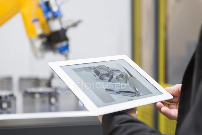 Robot industriel contrôlant les mains mâle — Photo de stock