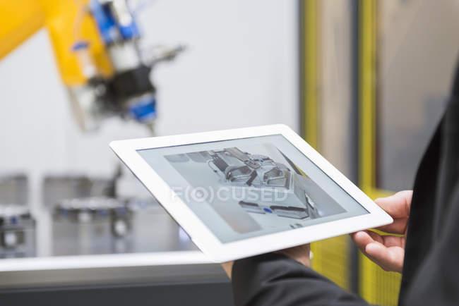 Macho mãos controlar robô industrial — Fotografia de Stock