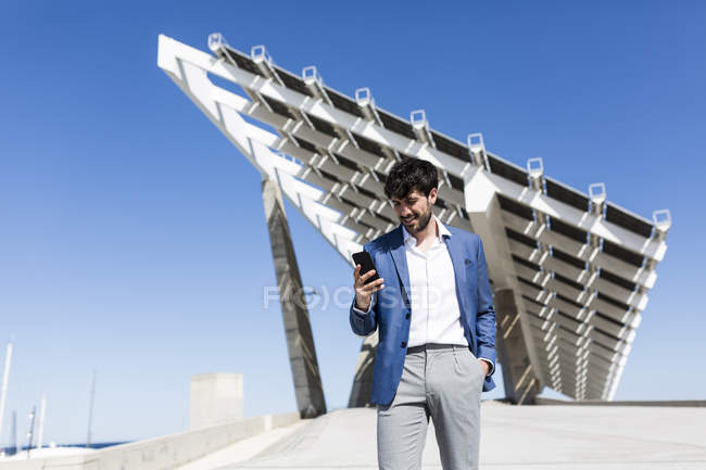 Бізнесмен за допомогою смартфона — стокове фото