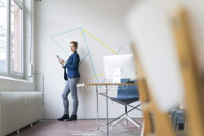 Geschäftsfrau steht digitales Tablet — Stockfoto