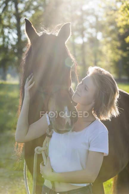 Жінка і коня, стоячи в природі — стокове фото