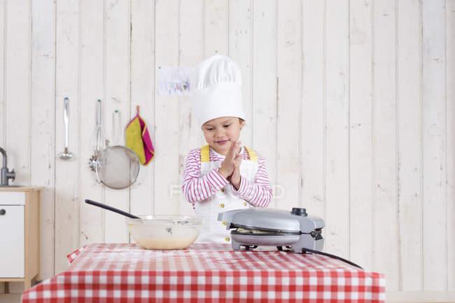 Kleines Mädchen Vorbereitung Waffeln in Küche — Stockfoto