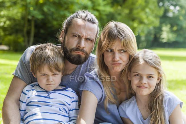 Famiglia che tira i fronti — Foto stock