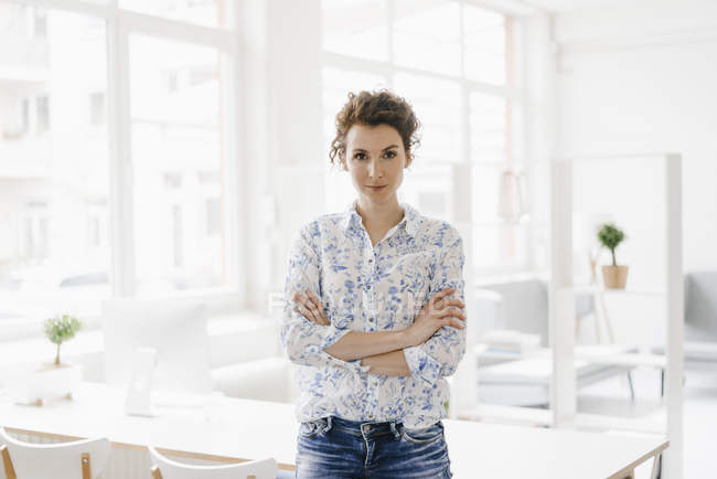 Бізнес-леді сидить на столі — стокове фото