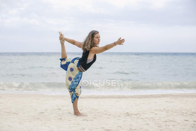 Yoga pratique femme sur la plage — Photo de stock