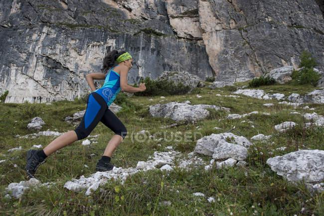 Femme courant dans les montagnes — Photo de stock