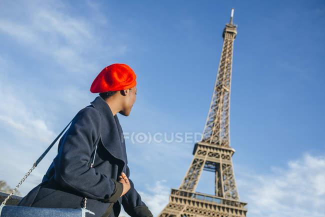 Jeune femme devant la Tour Eiffel — Photo de stock