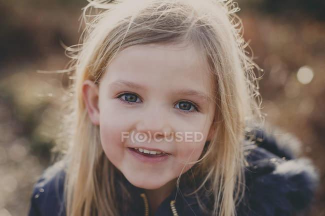 Посміхається дівчина на відкритому повітрі — стокове фото
