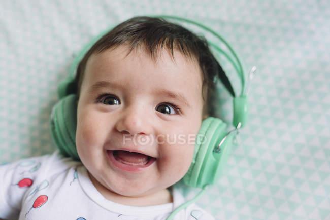 Bambina con le cuffie — Foto stock