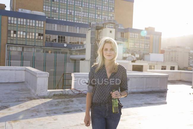 Frau trinkt Bier auf Dach — Stockfoto