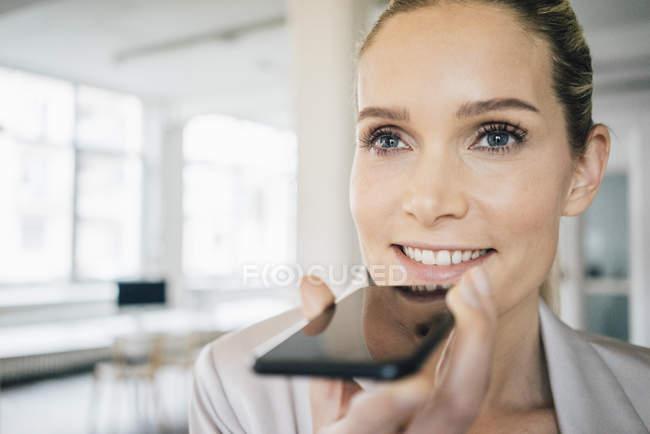 Mulher de negócios usando o celular — Fotografia de Stock