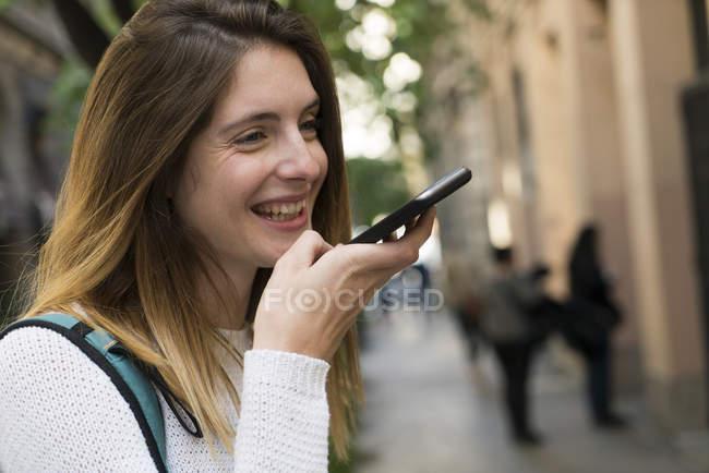 Riends usando seus telefones celulares — Fotografia de Stock