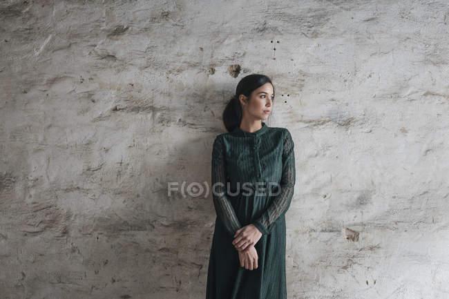 Mujer vistiendo vestido verde - foto de stock