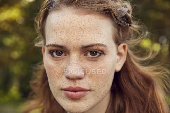 Молодая женщина с веснушками — стоковое фото