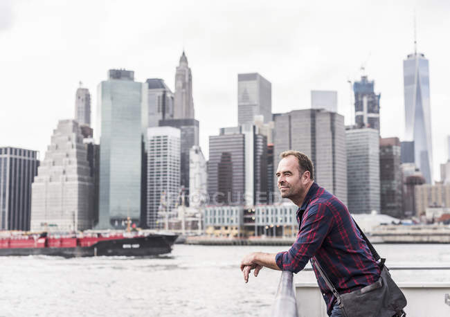 Homem de pé em balsa — Fotografia de Stock
