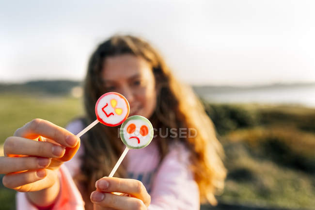 Девочка-подросток показаны леденцы на палочке — стоковое фото