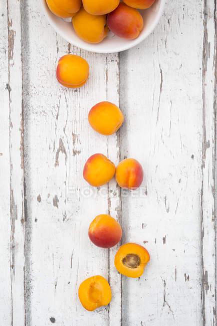 Abricots frais sur bois — Photo de stock