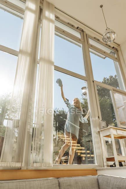 Frau Reinigung Fenster — Stockfoto