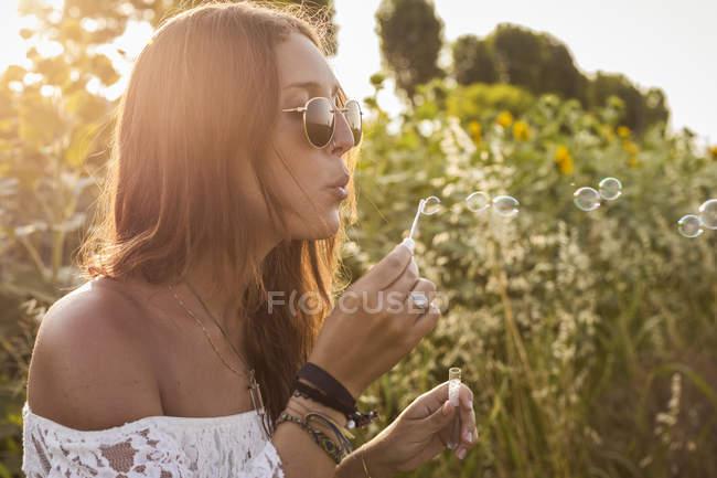 Bolle di sapone che soffiano — Foto stock