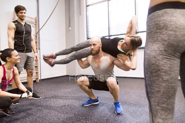 Люди, занимающиеся фитнесом в тренажерном зале — стоковое фото