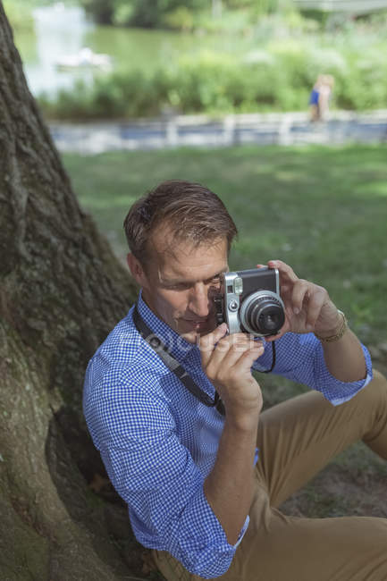 Man taking pictures with vintage camera — Stock Photo