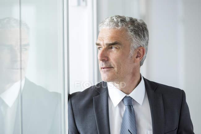 Homme d'affaires permanent au bureau — Photo de stock