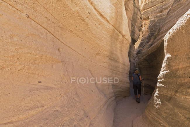 Соединенные Штаты Америки, New Mexico, Pajarito Plateau, Sandoval County, Kasha-Katuwe Tent Rocks National Monument, tourist in slot canyon — стоковое фото