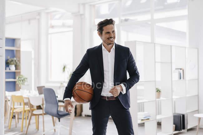 Бізнесмен холдингу баскетбол — стокове фото