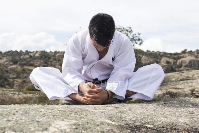 Людина розтягування перед тренуванням — стокове фото